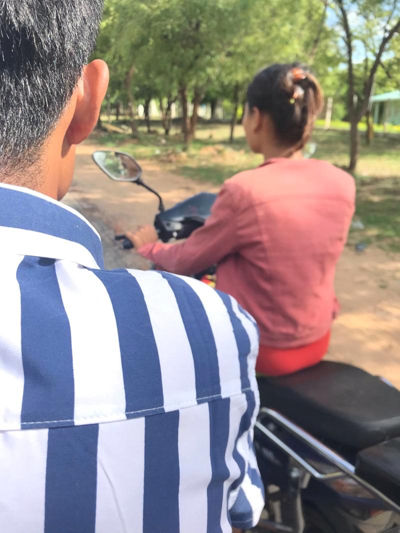 Eバイクを運ぶカップル